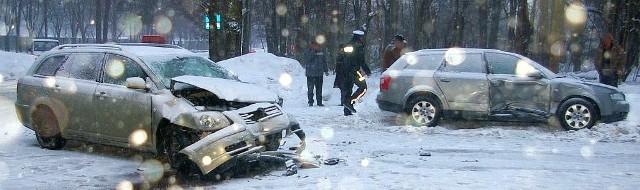 Trzy osoby z toyoty avensis trafiły do szpitala.