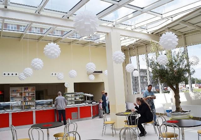 """W kawiarni-barze """"Pod oliwką"""" jest jasno, za sprawą przeszklonego dachu i ścian."""