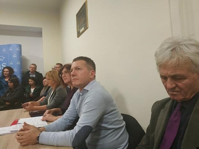 Od prawej: radni Andrzej Pancerz, Wojciech Piech i Iwona Mularczyk, a obok niezaproszona na spotkanie wiceprezydent Magdalena Majka