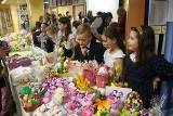 """Anioły Karoli. Uczniowie """"szesnastki"""" zorganizowali charytatywny kiermasz (ZDJĘCIA)"""