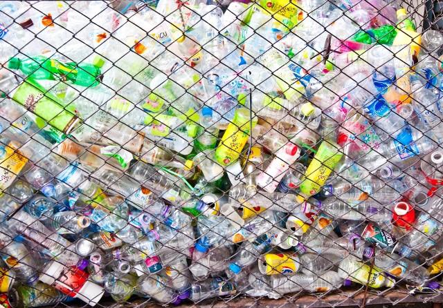 Rocznie każdy mieszkaniec Europy i Ameryki Północnej generuje ok. 100 kg śmieci z plastiku. Eksperci ONZ szacują, że za cztery lata może być to już nawet 140 kg.