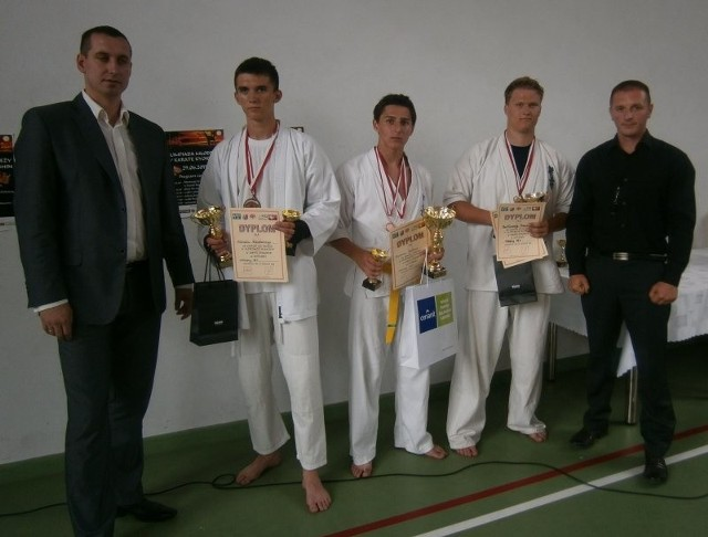 Od lewej Adrian Lipa, prezes Świętokrzyskiego Klubu Karate Kyokushin, Michał Zieliński z Piekoszowa, zwycięzca Mateusz Smołuch i Bartłomiej Adamiec z Daleszyce oraz Ernest Miszczyk, wiceprezes Świętokrzyskiego Klubu Karate Kyokushin.