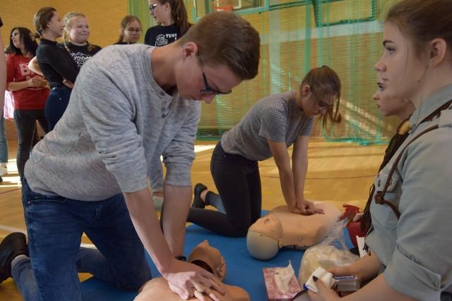 """Młodzież ze szczecineckich szkół włączyła się w bicie rekordu w prowadzeniu resuscytacji oddechowo-krążeniowej. W sali sportowej szczecineckiego I Liceum Ogólnokształcącego zebrało się około 250 uczniów, którzy przy kilku stanowiskach ćwiczyli prowadzenie resuscytacji oddechowo-krążeniowej. Czyli popularnego """"sztucznego oddychania"""". Fantomy – manekiny do prowadzenia resuscytacji – pożyczyło kilka instytucji, harcerze, akademia ratownictwa. Akcja była prowadzona w wielu miastach Polski pod auspicjami Wielkiej Orkiestry Świątecznej Pomocy. Przed rokiem brało w niej udział 85 tysięcy osób, czy udało się tym razem pobić ten rekord? Dowiemy się za kilka dni. Szczecinek: Dzień patriotyczny w przedszkolu Makuś w Szczecinku"""