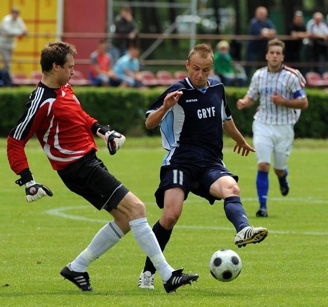 Gracz Gryfa Radosław Smela (z prawej) często zagrażał bramce Pawła Horodyskiego (w środku), lecz dopiero w ostatnich minutach znalazł na niego sposób.