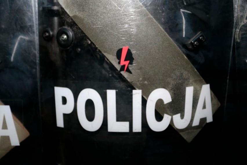 Policjanci zarekwirowali flagę z błyskawicą będącą symbolem...