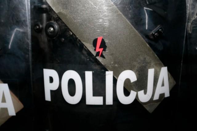 Policjanci zarekwirowali flagę z błyskawicą będącą symbolem Strajku Kobiet. Wisiała na balkonie już od miesiąca