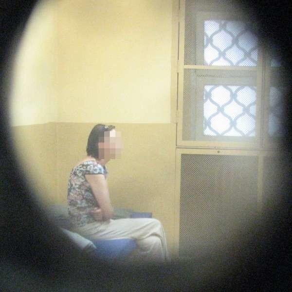 Kobieta trafiła do policyjnego aresztu. Gdy wytrzeźwieje zostanie przesłuchana.