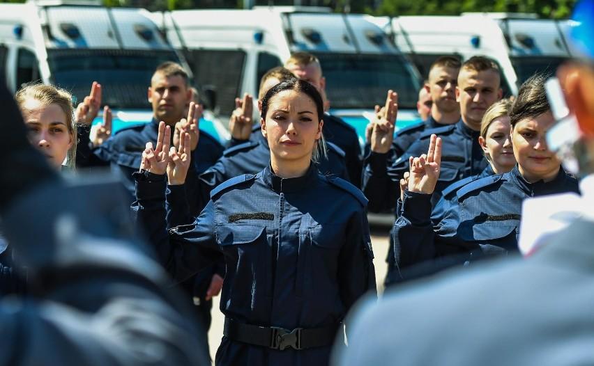 Zarobki w policji 2020: ile zarabiają policjanci? Oto najnowsze STAWKI po podwyżkach. Pensja policyjna - ile płaci MSWiA? Ile zarabia komendant? Ile zarabia kursant?