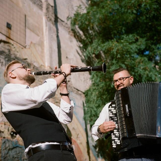 Orkiestra Ludwika Sarskiego, to kolektyw artystyczny założony przez dwóch multiinstrumentalistów - - kompozytorów: Damiana Szymczaka oraz Piotra Tomalę.