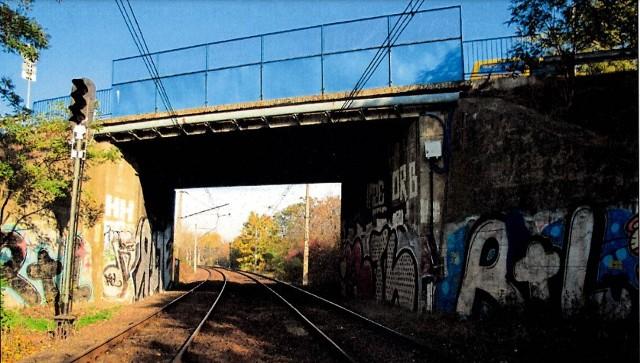 Na wiaduktach w wielu miejscach odchodzi beton, a na metalowych elementach widać rdzę
