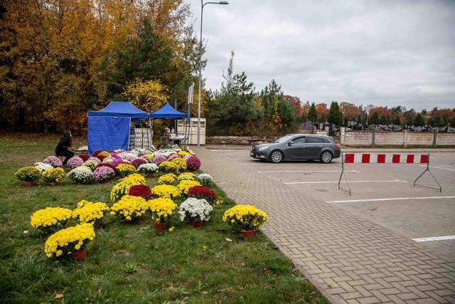 31.10.2020. teren przed jednym z białostockich cmentarzy