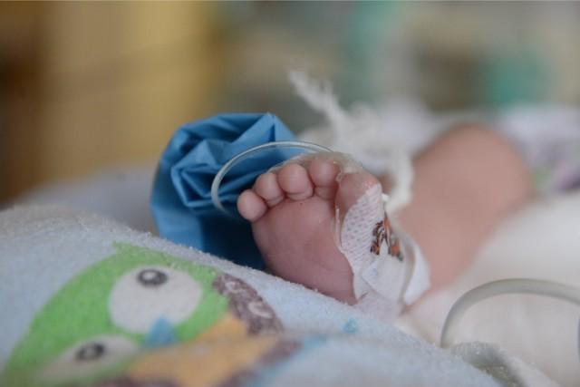 Kobieta z podejrzeniem koronawirusa urodziła w szpitalu w Szamotułach. W czasie wywiadu epidemiologicznego nie powiedziała, że miała w ostatnim czasie objawy infekcji. Od niej i dziecka został pobrany wymaz w celu dalszych badań.