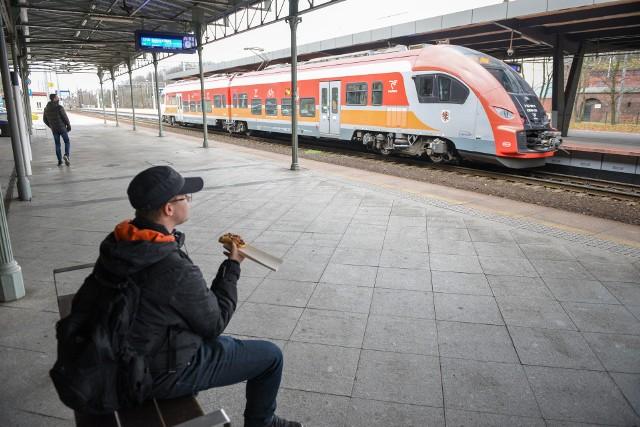 Najwięcej pasażerów w 2019 roku – 26,46 procent przewiozły pociągi spółki Polregio. Na drugim miejscu znalazły się Koleje Mazowieckie – 18,49 proc., a na trzecim PKP Intercity – 14,55 proc. Na uwagę zasługuje także pozycja Szybkiej Kolei Miejskiej w Trójmieście: ponad 12 procent, a przecież jest to kolej aglomeracyjna!Czytaj dalej. Przesuwaj zdjęcia w prawo - naciśnij strzałkę lub przycisk NASTĘPNE