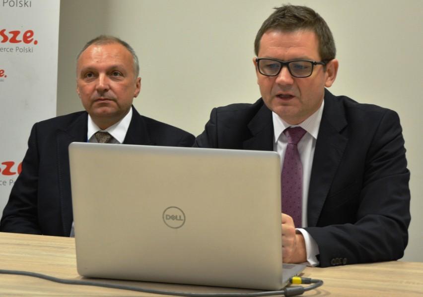 Paweł Natkowski - dyr. ostrołęckiego szpitala i Wojciech Krzyżanowski - zastępca dyrektora szpitala ds. opieki zdrowotnej (z lewej)