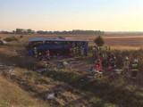 Wypadek autokaru na autostradzie A1 koło Tczewa. Wiózł dzieci z Żabnicy na wakacje. Wypadł z jezdni i koziołkował. Są ranni