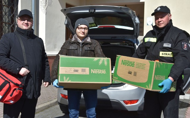 Ksiądz Łukasz Zygmunt (z lewej) przed wyruszeniem z pomocą do kolejnej potrzebującej osoby, obok Jakub Stachurka i Jakub Kwiatek.