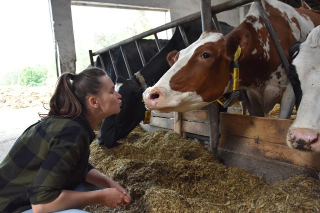 25-letnia Katarzyna Bukowska z Dąbrowy Chełmińskiej od trzech lat prowadzi rodzinne gospodarstwo. Kapituła konkursu Rolnik Roku 2020 doceniła jej osiągnięcia. Zajęła drugie miejsce w kategorii powyżej 100 ha. Zobaczcie jak prezentuje się jej gospodarstwo