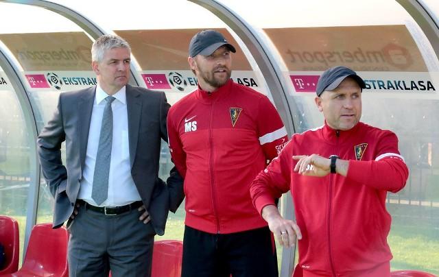 Trenerzy Pogoni, Dariusz Wdowczyk (z lewej) i Maciej Stolarczyk (obok Sławomir Rafałowicz) razem z Portowcami zakończyli w sobotę passę 10 spotkań bez porażki. To najlepszy wynik w tym wieku.