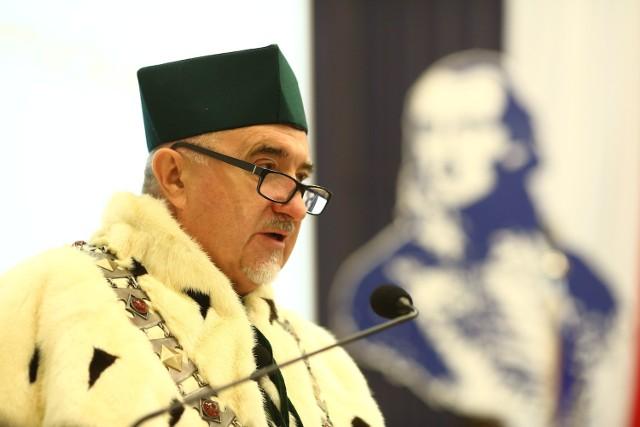 Prof. Zbigniew Łukasik pracuje w radomskiej uczelni od 1982 roku.