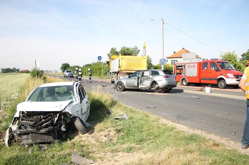 Zderzyły się dwa samochody osobowe oraz jeden ciężarowy....