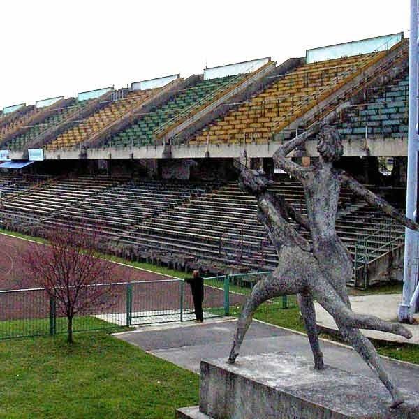 Stadion w Mielcu wymaga kapitalnego remontu uważają sportowcy, którzy trenują na tym obiekcie.