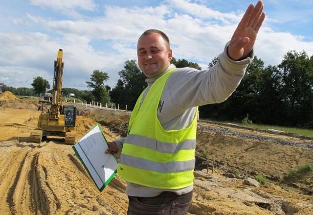- Objazd będzie się zaczynał przy moście przez Odrę. Zbudujemy go w ciągu tygodnia – zapewnia Adam Fijałkowski kierujący pracami przy drodze.