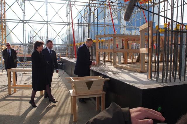 Premier Ewa Kopacz i minister skarbu Włodzimierz Karpiński podczas uroczystości wmurowania aktu erekcyjnego w fundamenty nowych bloków Elektrowni Opole w Brzeziu.