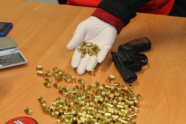 Policjanci zabezpieczyli narkotyki, broń i amunicję.