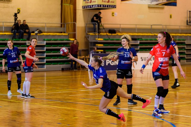 Eurobud Jarosław (niebiesko-czarne stroje) po serii porażek w końcu wygrał.