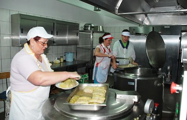 Dziś na obiad gołąbki. W kuchni pracują: Urszula Waszak (pierwsza z lewej) oraz Anna Kotas. Pomaga praktykant Mariusz Karaś