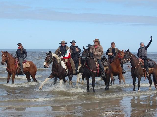 Konno z nad Bałtyku w BieszczadySiedmiu śmiałków od 17 kwietnia konno przemierza Polskę.