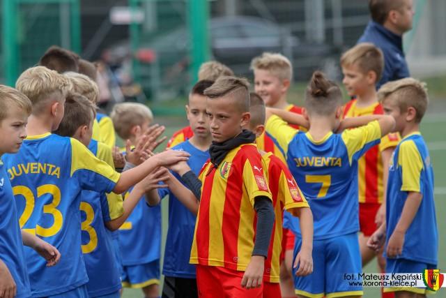 Młodzi piłkarze uczcili w Kielcach pamięć Kamila Kaczmarczyka, byłego utalentowanego piłkarza Korony, który zmarł w 2013 roku.