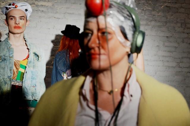 """Klimatyczne wnętrza Tkalni w Zielonej Górze niejedno już widziały. Koncerty, spotkania, artystyczne uniesienia. A teraz przestrzeń wykorzystana została do oryginalnego pokazu mody firmy Platie z Ukrainy. Marka odzieżowa powstała w październiku 2016 roku w Charkowie. Od początku jej założyciele stawiają na jedno - dawanie nowego życia starym rzeczom. Wykorzystują tzw. upcyklin, czyli formę przetwarzania wtórnego odpadów, w wyniku którego powstają produkty o wartości wyższej.  Proces ten daje sama pozytywne efekty. Przede wszystkim pozwala zmniejszyć zarówno ilość odpadów, jak i ilość materiałów wykorzystywanych w produkcji pierwotnej. Jak przedstawia się historia projektantów w Ukrainy? - W pierwszym roku szyliśmy ubrania z kawałków – były to sukienki, kurtki i nasza wyjątkowa oferta – Komin bublik-szalik. Dużym powodzeniem cieszyły się też nasze narzuty na łóżka - opowiadają właściciele  Platie. W drugim roku projektanci postanowili pójść o krok dalej. Wzięli udział w konkursie Sart Fashion. Zaprezentowane przez nich ciuchy, zagwarantowały im zwycięstwo. A to, jak sami podkreślają, zaowocowało zaproszeniami na wiele pokazów mody w całej Ukrainie. W sobotę, 2 lutego Platie pojawiło się w Zielonej Górze. Nie po raz pierwszy. Byli tutaj już rok temu. Tym razem zaprezentowali kolekcję  """"Fashion Góra"""".  Pokaz rozpoczął się o godz. 14.00 i odbył się podczas trwającego Szafing Party.  Co mogliśmy zobaczyć? Sprawdźcie w naszej galerii! ZOBACZ ZDJĘCIA>>>WIDEO: Imprezowy rozkład jazdy w Lubuskiem"""