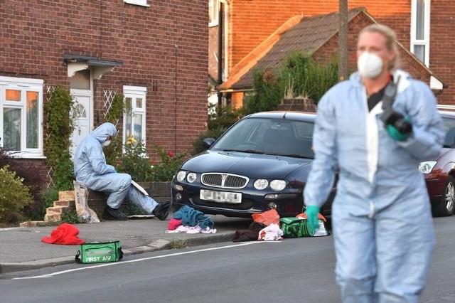 27-latek zaatakował młotkiem dwie Polki w Londynie. Kobiety są w ciężkim stanieW niedzielę, 19 sierpnia, w Londynie doszło do brutalnej napaści na dwie Polki. 27-letni Joe Xuereb, mieszkający blisko jednej z kobiet, zaatakował ją oraz jej matkę, która przyjechała do córki w odwiedziny. - Młodkiem zaatakował 30-letnią Annę G. oraz jej 64-letnią matkę, zostawiając kobiety na ulicy w krytycznym stanie - donosi brytyjski Mirror. - Kobiety trafiły do szpitala z bardzo poważnymi obrażeniami twarzy i innych części ciała, zostały zaatakowane młotkiem - czytamy na stronie internetowej Mirror.