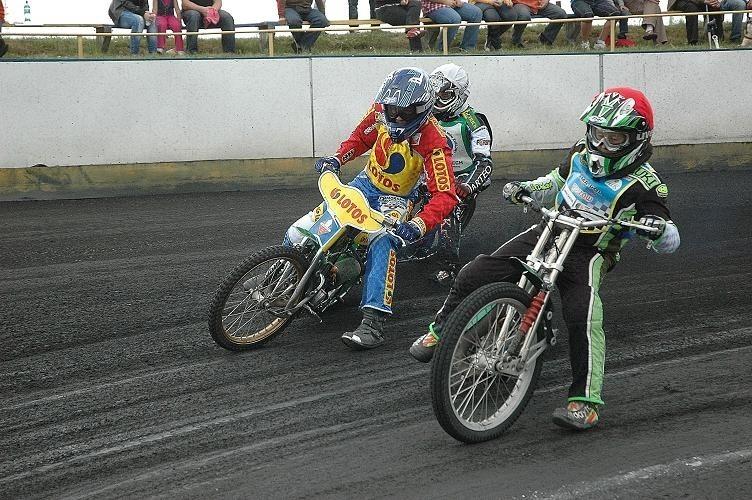 Kamil Nowacki (w czerwonym kasku) pewnie wygrał cztery...