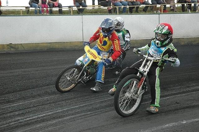 Kamil Nowacki (w czerwonym kasku) pewnie wygrał cztery wyścigi. W pierwszym biegu wyprzedził Dawida Dawidowskiego (niebieski kask) i Kamila Wieczorka (biały).