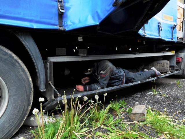 Marokańczycy zostali zatrzymani w Dankowicach. Przyjechali pod naczepą ciężarówki