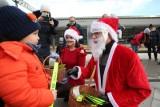 Święty Mikołaj w przyłbicy przyjechał do Wrocławia pociągiem