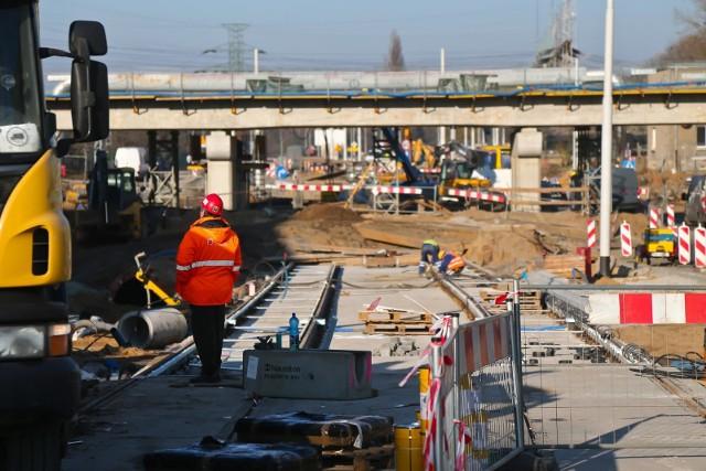 Remonty, budowa ścieżek rowerowych, rozbudowa ulic. To główne inwestycje, jakie planuje zrobić w roku 2021 miejska spółka Wrocławskie InwestycjeZobacz na kolejnych slajdach planowane w 2021 r. inwestycje - posługuj się myszką, klawiszami strzałek na klawiaturze lub gestami