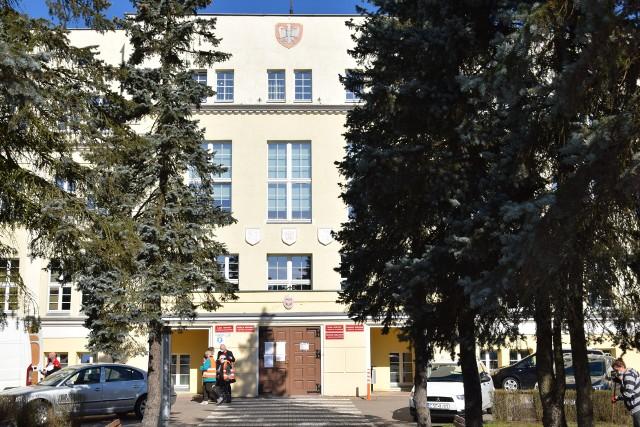 Problem braku wind w budynkach urzędu miejskiego i starostwa oraz biblioteki w Sępólnie od lat nie jest rozwiązany