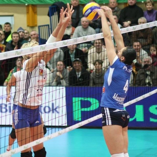 O piłkę walczą Marlena Mieszała (z lewej) i Dorota Pykosz