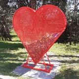W gminie Kłaj stanęło kolejne ogromne serce na plastikowe nakrętki