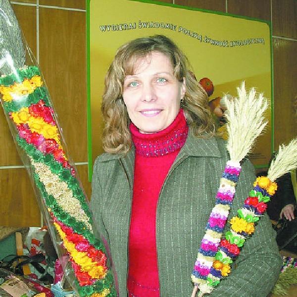 Regina Tietianiec prezentuje wspaniałe, litewskie palmy. Powstały z suszonych kwiatów, zbóż i traw.