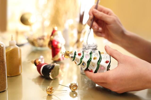 Choinka z lat 90. miała także swój klimat. Ozdoby bożonarodzeniowe w wielu aspektach nawiązywały do tych sprzed wielu lat. Na drzewku wigilijnym można było zobaczyć cukierki, szklane bombki, przezroczyste i te w kształcie sopli. Wisiały także aniołki, które miały chronić dom i ich mieszkańców. Nie zabrakło lampek, a na wierzchu drzewka było włosie anielskie.
