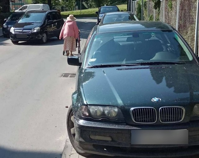 Na zdjęciu widać, jak samochody zajmują całą przestrzeń chodnika przy ul. Staszica w Rzeszowie