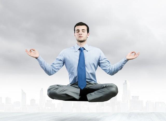 Każdej rozmowie kwalifikacyjnej towarzyszą emocje. Ważne jednak, aby mieć je pod kontrolą i nie pozwolić, aby wzięły nad nami górę. Stres można opanować myśląc pozytywnie i nie porównując się do innych kandydatów.
