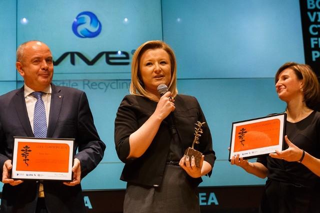 Ewelina Rozpara, manager ds. PR i projektów marketingowych Grupy VIVE odebrała nagrodę za I miejsce dla VIVE Textile Recycling w Kategorii: firma, która przekazała w minionym roku na cele społeczne największy odsetek swoich dochodów przed opodatkowaniem.