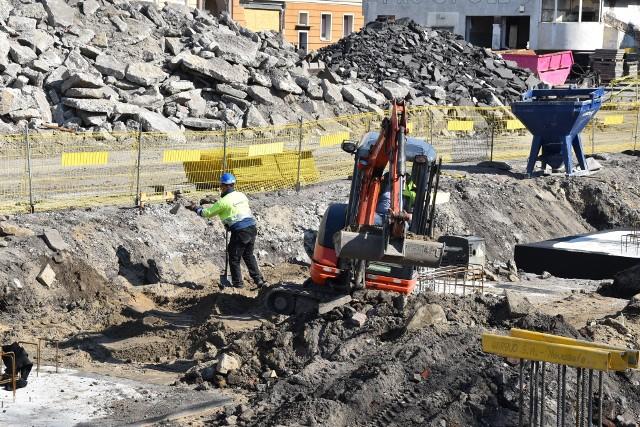 Centrum przesiadkowe Opole Główne. Na razie prace na placu budowy przebiegają bez zakłóceń.