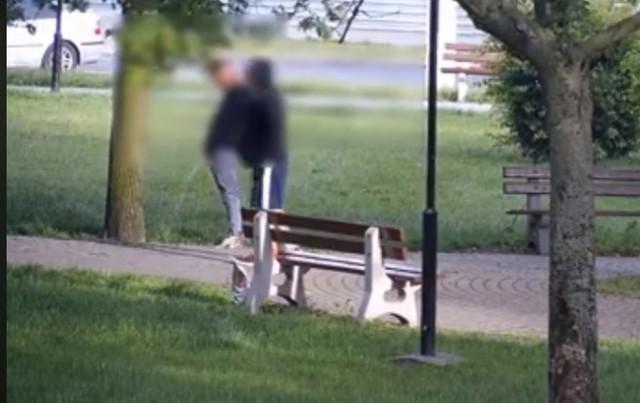 Operator miejskiego monitoringu zauważył dwóch mężczyzn, którzy najpierw spożywali tam alkohol, a potem załatwiali potrzeby fizjologiczne.