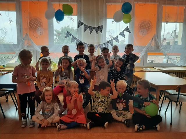 Wesoły dzień przedszkolaka w Małogoszczu. Była zabawa, taniec i sesja fotograficzna.